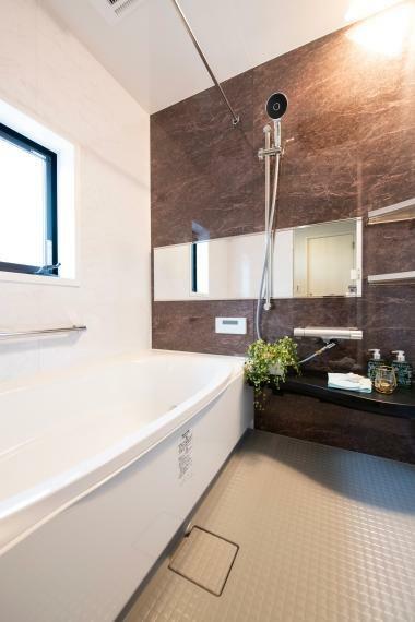 浴室 1.6×11.6サイズの浴室。 正面はお洒落なアクセントパネルを貼り、デザイン性も高めました。