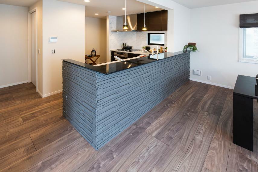 キッチン キッチンカウンター下は高級感ある石調のタイルを設置。
