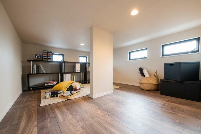 収納 固定式階段ロフトは、収納スペースだけでなく書斎などとしても利用可能な便利なスペースです。