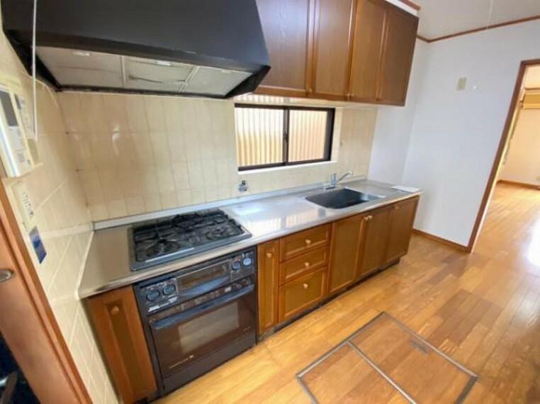 キッチン 収納スペ-スがたくさん確保されたキッチンです
