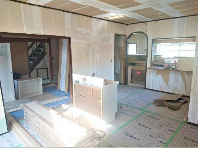 居間・リビング 【リフォーム中 11/14撮影】16.5帖あるリビングの写真です。クロス全面張替え、照明器具新品交換のほか、床はフローリングを重張りします。新しい床だと気持ちいいですよね。