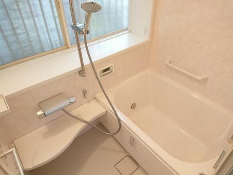 浴室 【リフォーム中】ユニットバスはこれからクリーニングいたします。出窓があり、お掃除のときもしっかり換気できるのがうれしいですね。