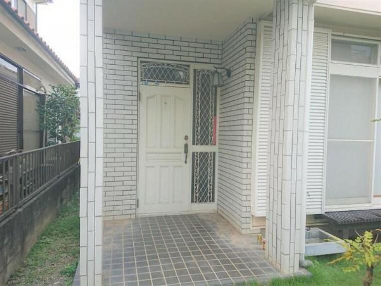 玄関 【リフォーム中】玄関ドアのカギは交換します。安心して新生活を始められますね。また、シューズボックスは新品交換するため、玄関の雰囲気が新しく生まれ変わります。
