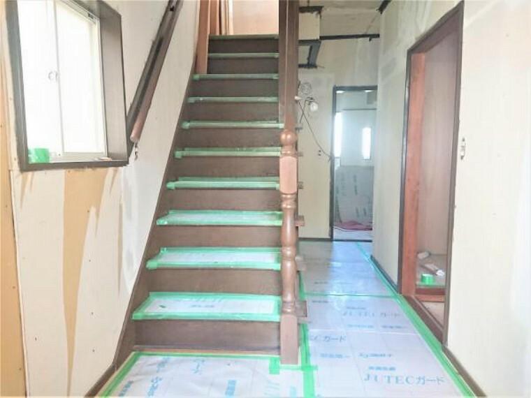 【リフォーム中 11/14撮影】1階廊下です。床はフローリングを重張りし、壁・天井はクロスを張り替えます。