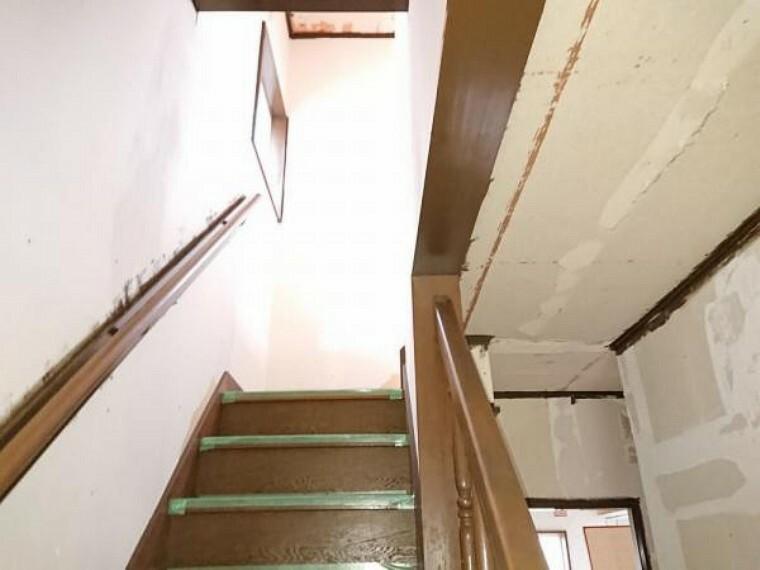 【リフォーム中】階段です。床はクリーニングします。手すりは強度を確認します。