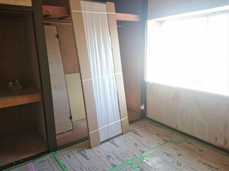 【リフォーム中 11/14撮影】2階洋室です。壁を新たに新設し、リフォームにて2部屋に分けます。部屋数が増えるとお子様に部屋を持たせてあげられますね。