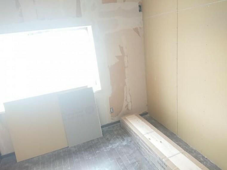 【リフォーム中 11/14撮影】2階洋室は、フローリング重ね張り、壁紙の張替え、照明交換を行います。各居室には収納があるので、お部屋をすっきりと見せられるのがうれしいですね。