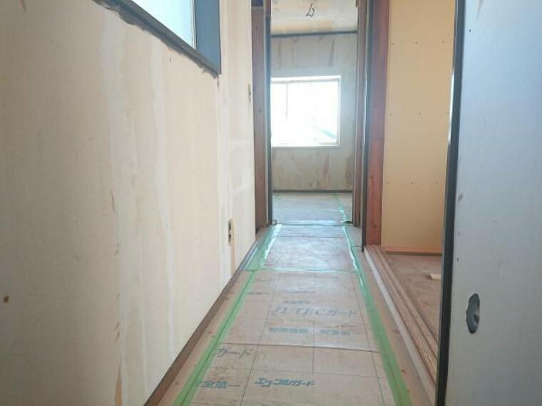 【リフォーム中 11/14撮影】2階廊下です。床はフローリングを重張りし、壁・天井はクロスを張替えます。照明器具は新品を設置してお引渡しするので、すぐに生活が始められて便利ですね。