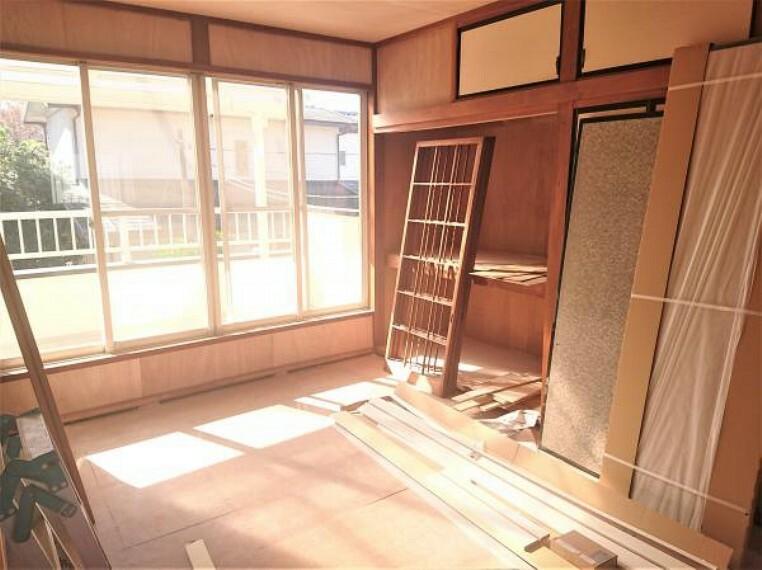 【リフォーム中 11/14撮影】2階和室です。障子・襖は張り替えをいたします。押入には季節物や趣味のものなど、すっきりと収納していただけそうです。