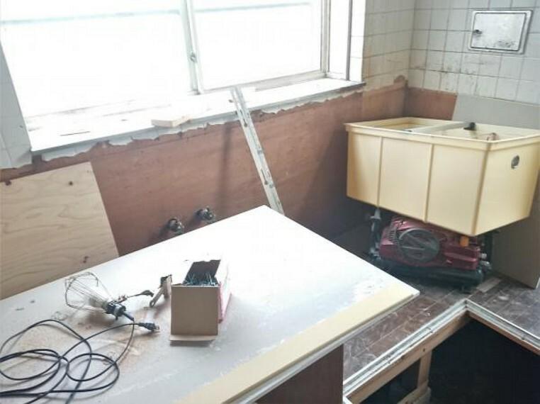 【リフォーム中11/2撮影】既存のキッチンは解体し、新しいシステムキッチンに交換します。毎日のお料理が楽しくなりますね。
