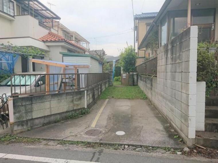 外観写真 【リフォーム中】駐車場は2台駐車可能です。奥のお庭まで乗り入れができるよう、駐車場は整備いたします。