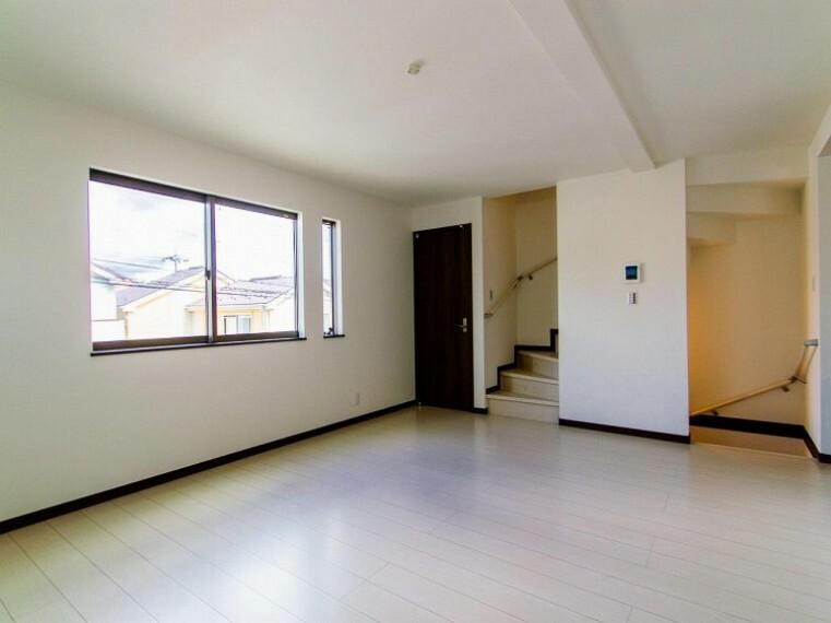居間・リビング LDK階段の採用で、いつでも家族の一体感を感じられる。家族と過ごす時間を大切にする方にぴったり。(1号棟)