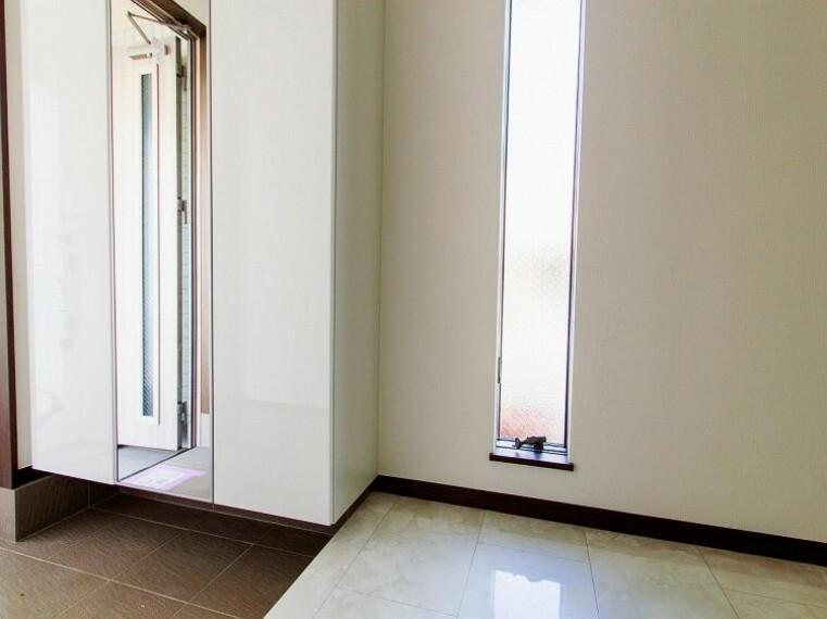 玄関 住まいの顔となる玄関は、落ち着きと華やぎの満ちた空間に。内装内観写真-玄関