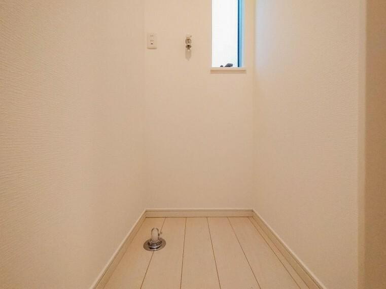 ランドリースペース 小窓が設置され、湿気がこもりやすい室内の換気・採光に配慮されています。内装内観写真-ランドリースペース