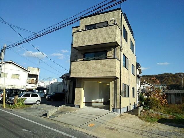 外観写真 バルコニーや屋上から岡山市街地を眺める3階建てです。
