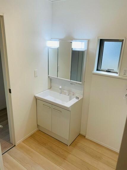 洗面化粧台 大きい鏡で朝の身支度も気持ちよく整えることができます。