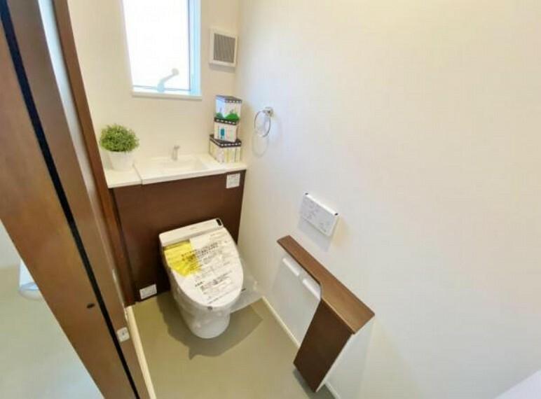 トイレ 2階トイレ トイレには快適な温水洗浄便座付き