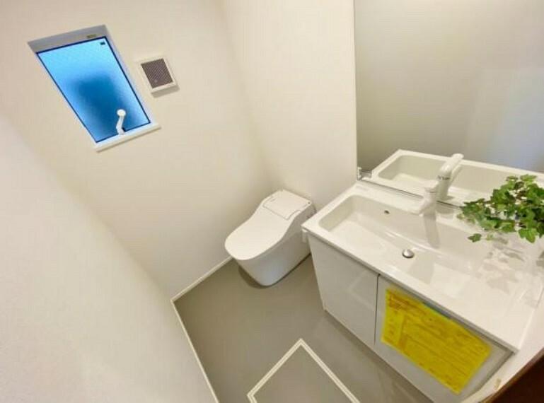 トイレ 3階トイレ 快適な温水洗浄便座、洗面化粧台付き