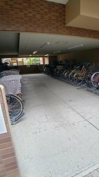 駐輪場 屋根付きの駐輪場で自転車が雨に濡れず安心!