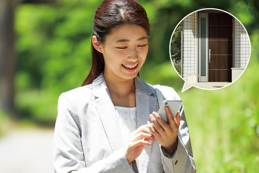 【スマホ連動インターホン】 外出先でもスマホで来客対応できます。 外出先からスマホで玄関ドアを施解錠。 外から家族の帰宅を確認して玄関の鍵を解錠。 ※事前に専用アプリのダウンロードが必要です。画像は参考イメージ