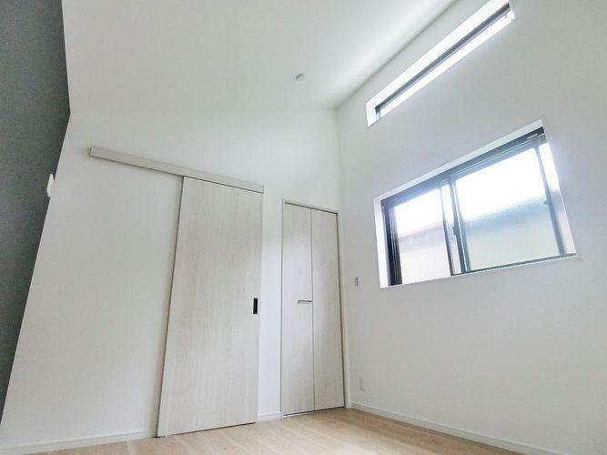 約3.4メートルの天井+引き戸で部屋が明るく、広く感じます
