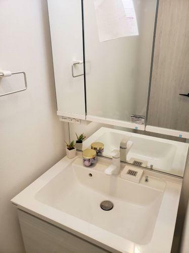 洗面化粧台 シンプルな造りの三面鏡付洗面化粧台