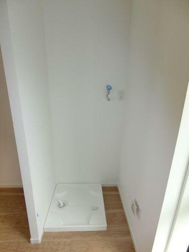 居間・リビング キッチンの脇に洗濯機置き場があるので奥様の家事導線が楽になります
