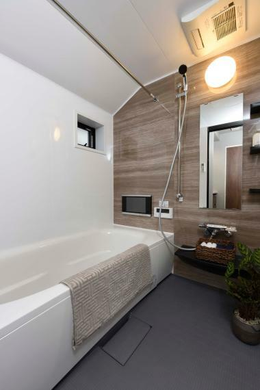 同仕様写真(内観) 浴槽に浸かりながら楽しめる12インチの浴室テレビを標準装備。快適なバスタイムをお過ごしいただけます。※レーベンプラッツ一之江(2020年5月分譲済)