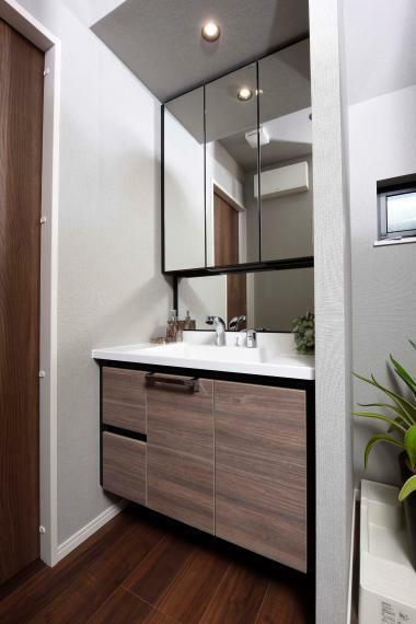 同仕様写真(内観) ミラーの裏は、洗面用具などの小物が収まる奥行きを確保した収納棚となっています。※レーベンプラッツ一之江(2020年5月分譲済)
