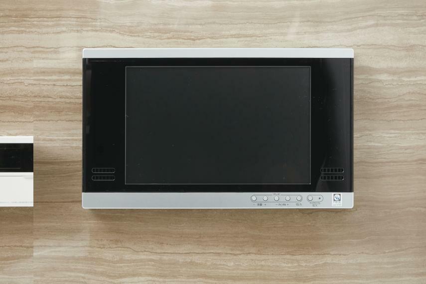 【浴室テレビ】 バスタイムをより快適にする「浴室テレビ」。浴槽に浸かりながら楽しめる12インチの浴室テレビを標準装備。