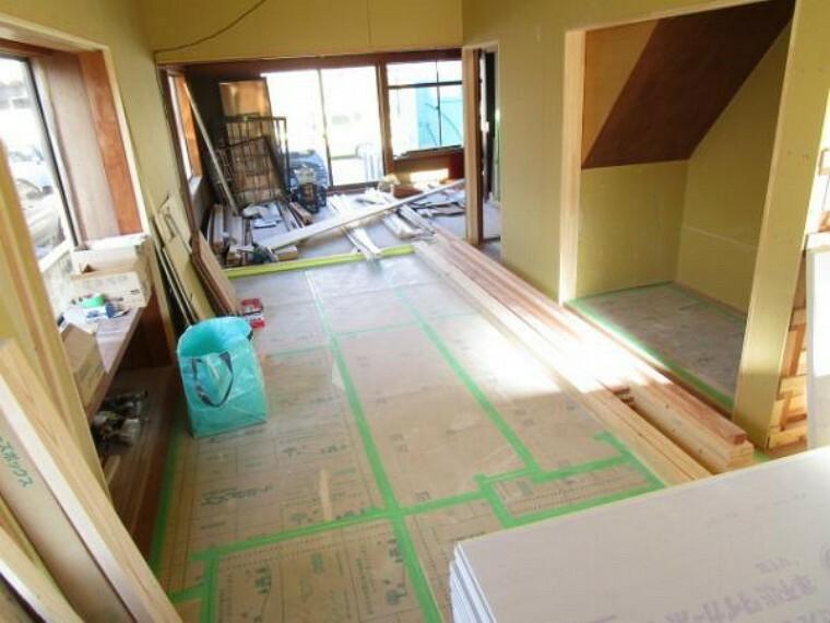 ダイニングキッチン 【リフォーム中11/14撮影】リビングです。隣の和室と繋げて約14帖のLDKにします。壁、天井はクロスを張り、フローリングは張替え及び重ね張りを致します。南側のリビングなので陽当たりもいいですよ。