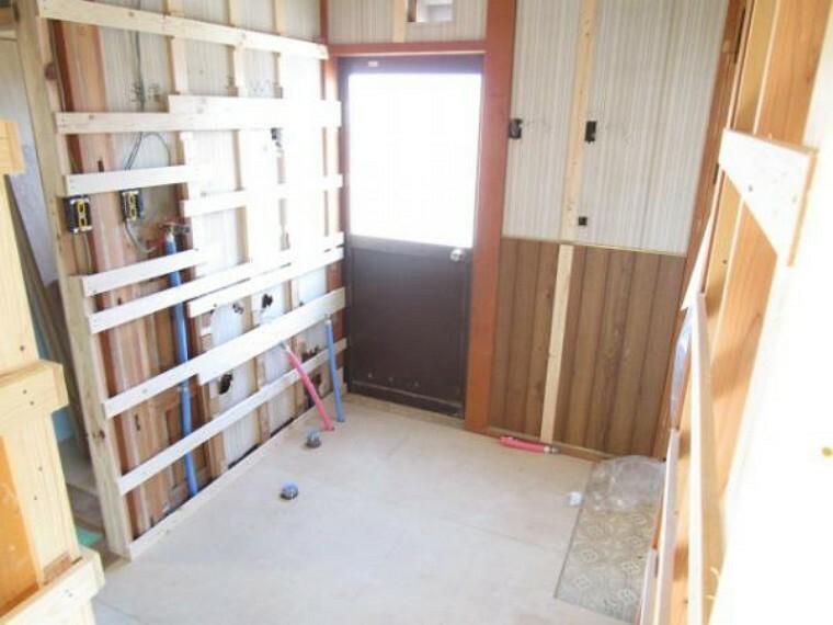 洗面化粧台 【リフォーム中11/14撮影】脱衣場です。壁・天井はクロスを貼り替え、床はクッションフロアで仕上げます。リビングからも廊下からも入れるように建具を二つ設置します。