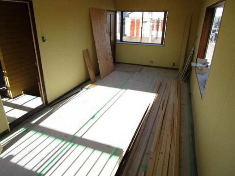 洋室 【リフォーム中11/14撮影】2階洋室10帖です。フローリングは重ね張りを行い、壁、天井はクロスで仕上げます。TVジャック、エアコンコンセントを設置するので快適にくつろげるお部屋となります。