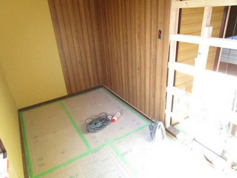 洋室 【リフォーム中11/14撮影】2階ウォークインクロゼットです。10帖洋室ともつながっているので、お洋服やお荷物をしまっておくのに便利ですね。奥行きがあるので整理整頓も楽ですよ。