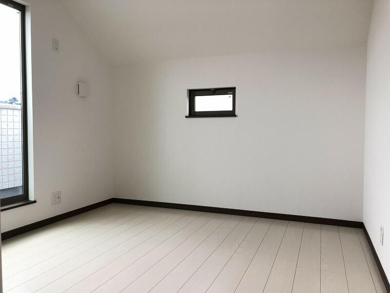 洋室 フローリングの部屋は清潔感があり、日々のお掃除も楽で助かりますね!