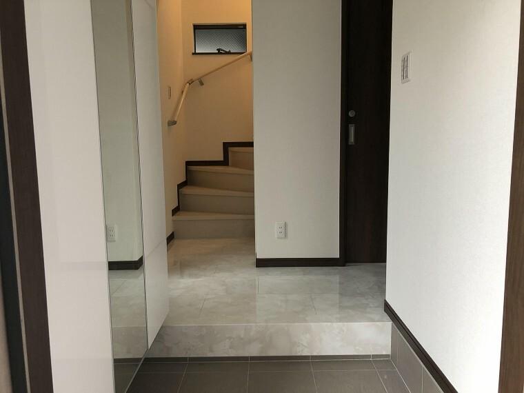 玄関 家の顔といえる玄関。スッキリとした形の玄関なので、ご家族でお住まいでも整理整頓された状態でお使い頂けます。