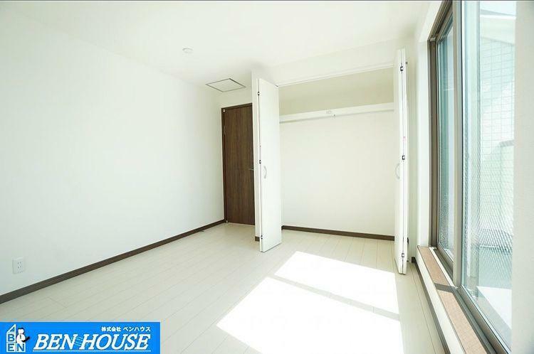 室内 壁や床は一式清潔感溢れる白に揃え、太陽からの陽射しでさらに室内を広く見せる作り。