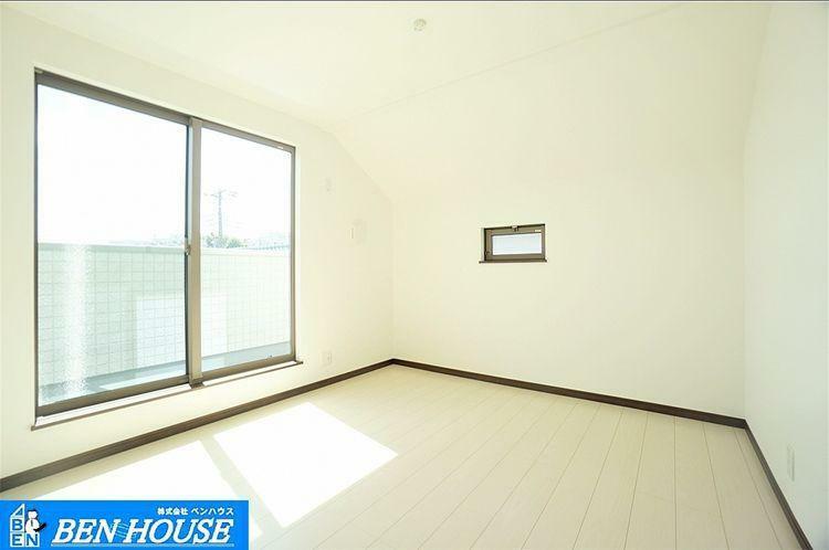 室内 大きな窓が部屋に開放感を演出。通風良好で心地良い風を堪能できます。