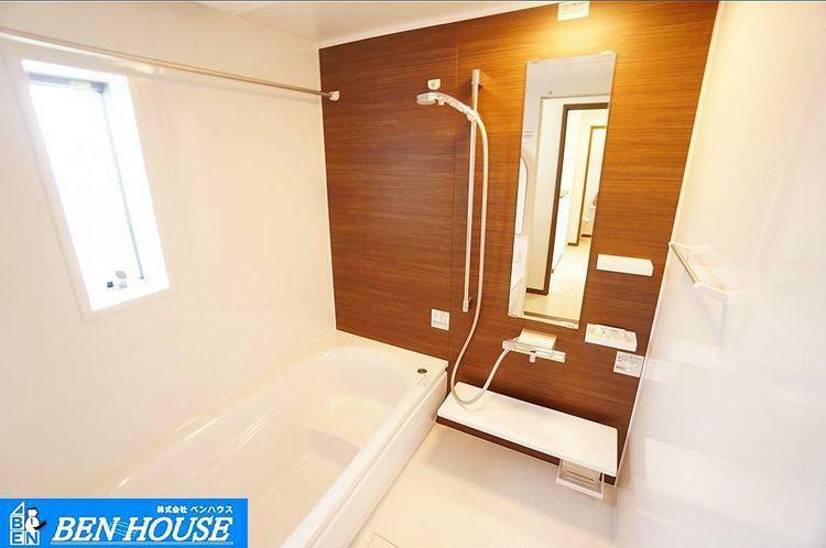 浴室 浴室 浴室暖房乾燥機能付きで、雨の日もお洗濯も安心 冬場は入浴前に暖めておけます。ゆったりくつろげる液晶TV付き。