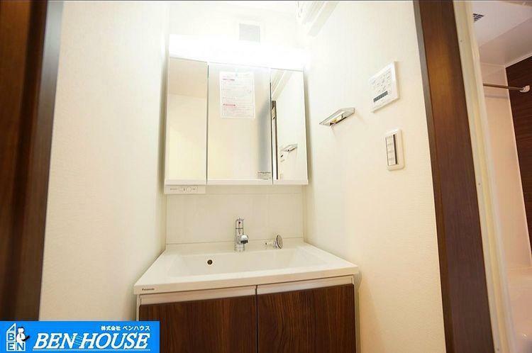 洗面化粧台 洗面 木目調で落ち着いた雰囲気の洗面台。鏡は3面鏡、また収納付き。