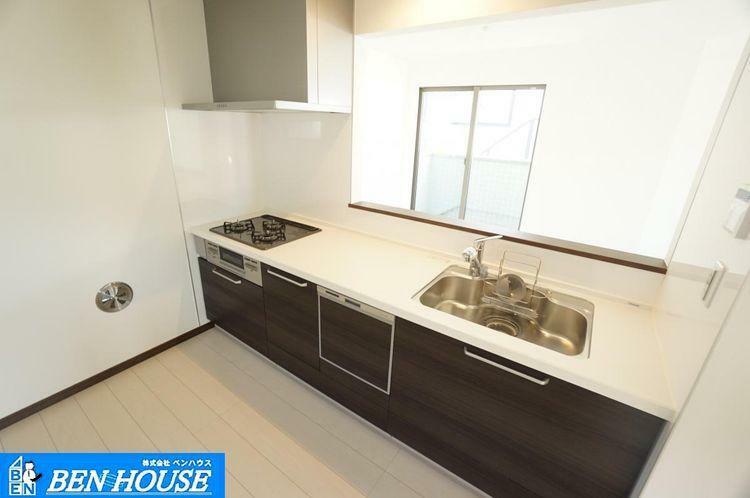 キッチン キッチン 奥様に嬉しい対面式システムキッチンを導入!シンク下には収納、また食器洗浄機付きで設備が充実!