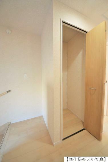 収納 同仕様例。お掃除セットや日用品のストック収納などに便利な廊下クローゼット