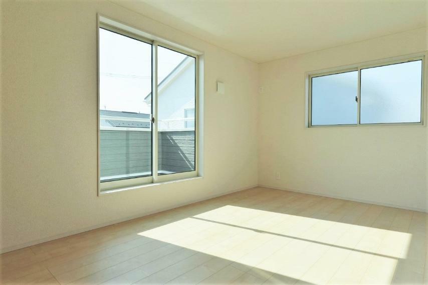 洋室 同仕様例。落ち着いた色合いの室内で特別な時間をお過ごしください