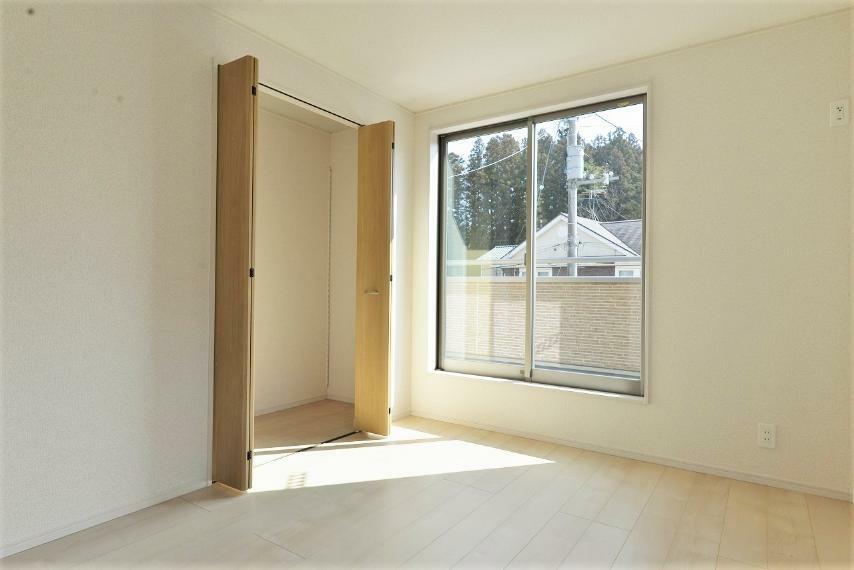 洋室 同仕様例。各部屋を最大限に広く使って頂ける様、全居住スペースに収納付。プライベートルームをゆったりと快適にお使いいただけます。