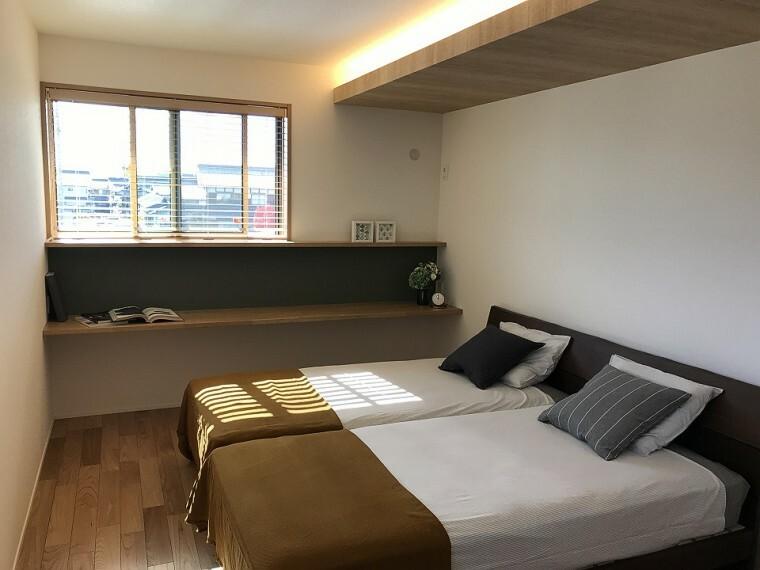 寝室 ■主寝室写真■ 窓際に設けたカウンターは、インテリアにもデスクワークにもぴったりのスペース。間接照明や造り付けの収納もあるこだわりの主寝室です。 ※2020年11月撮影
