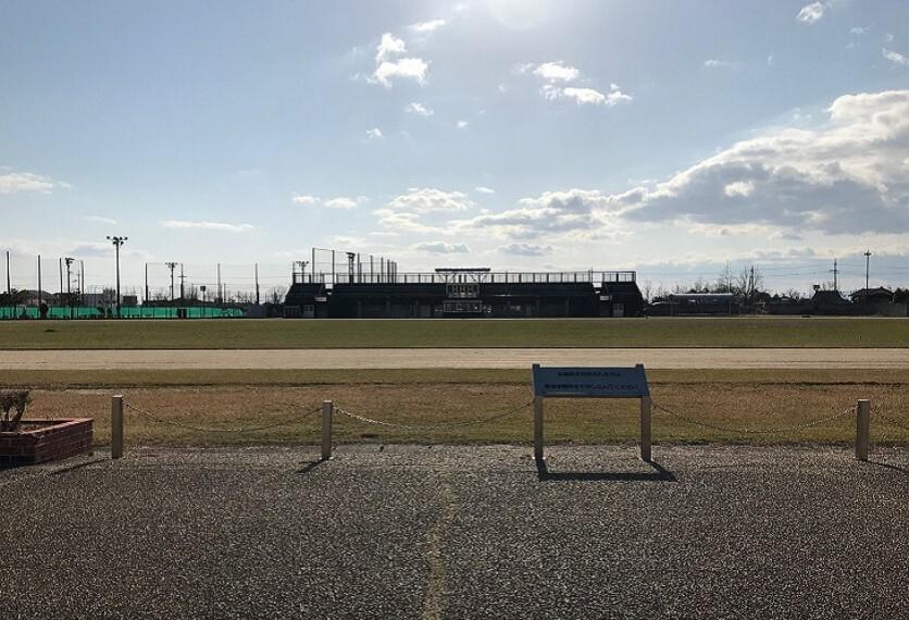 徒歩12分/約950m 陸上競技、サッカー、アメフト、 ラグビーなどの多目的競技、 ゲートボール2面、ソフトボール1面、 ほか市民プール施設があります。 ※2020年4月撮影