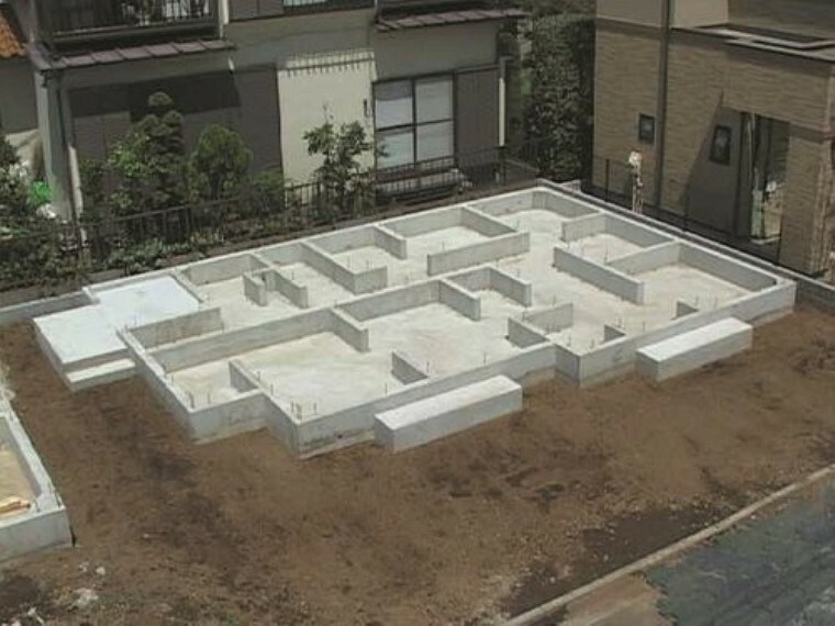 構造・工法・仕様 基礎に「鉄筋入りコンクリートベタ基礎」を標準採用。不動沈下に対する耐久性や耐震性を向上することができます。又、床下全面がコンクリートになるので防湿対策にもなります。