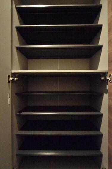 収納 家族の靴がすっきり片付くトールタイプの下足入れです