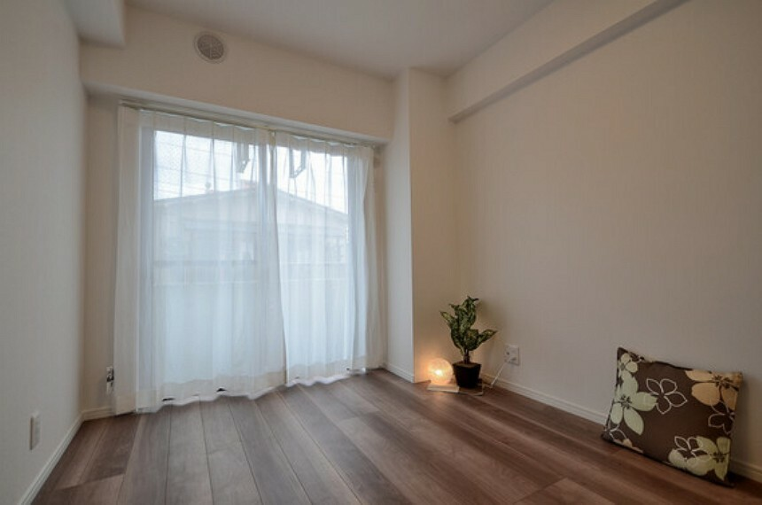 専用部・室内写真 バルコニーに面した洋室は、明るく、換気もスムーズに行えます