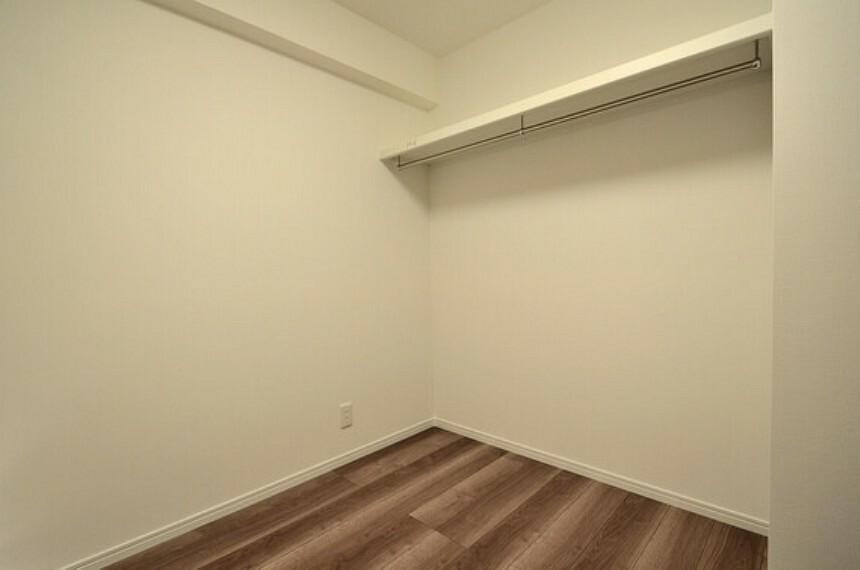 専用部・室内写真 キッチン横の洋室には、オープンクローゼットが設置されています